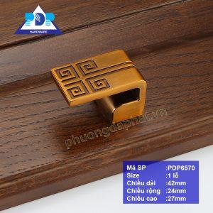 Núm Tủ Gỗ mang lại cảm giác hướng về nguồn cội với chi tiết xoáy vuông rất phổ biến trên mặt trống đồng, tăng giá trị phẩm chất cho nội thất.