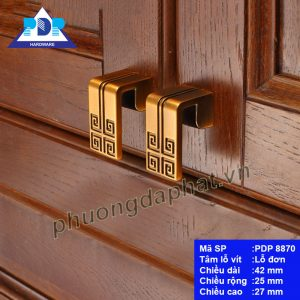 Núm Tay Nắm Tủ mang lại cảm giác hướng về nguồn cội với chi tiết xoáy vuông rất phổ biến trên mặt trống đồng, tăng giá trị phẩm chất cho nội thất.