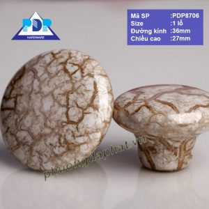 Núm Tủ với họa tiết vân đá được khắc họa trên nền chất liệu sứ rất trang nhã và duyên dáng, bề mặt tròn nhẵn dễ dàng lau chùi vệ sinh.