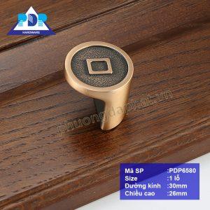 Núm Tủ có họa tiết cổ điển truyền thống phương Đông chứa đựng hình ảnh ngay tại điểm trung tâm tay tủ, thích hợp cho các tủ gỗ phong cách cũ