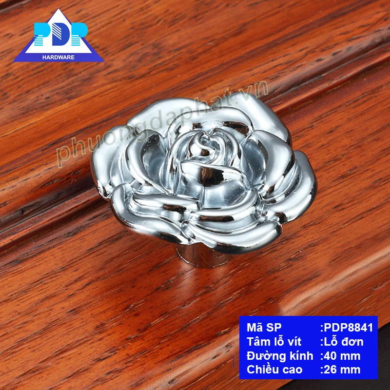 Núm Tủ hình hoa hồng được chế tác công phu với những đường cong bắt mắtrất trang nhã, duyên dáng tạo điểm nhấn vượt trội.