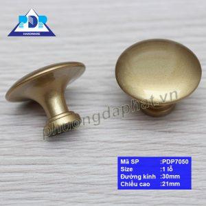 Tay Nắm Núm Tròn có dạng núm có bề mặt nhẵn bóng, đơn giản với màu vàng thau mang lại sự sang trọng cho nội thất.