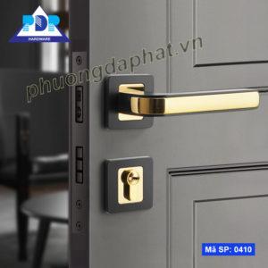 Khóa Cửa Tay Gạt mang dáng vẻ hiện đại với sự kết hợp giữa màu vàng bóng và đen tạo sự thanh lịch cho tổng thể.