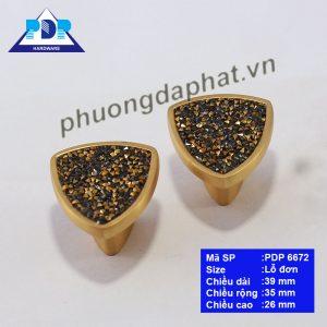 Núm Tủ Bếp với màu vàng chải xước cùng với những hạt đá lấp lánh như những viên kim cương ngay trung tâm tay tủ tạo hiệu ứng bắt mắt. Bề mặt tay cầm lớn mang lại cảm giác chắc chắn khi sử dụng.